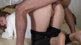 الفتاة الممحونة تشاهد اسخن فيديو بورنبينما تدعك شفرتي كسها في اسخن استمناء