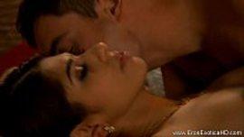 رجل يمتع حبيبته بتقبيل كل جسمها المثير و لحس كسها حتى تنزل في فمه