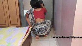 بنت هندية تنظف المنزل امام سيدها و تجنن محنته لما تنحني لتريه كسها و طيزها