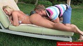 يلحس طيز امه الشقراء و هي متمددة على بطنها بالسترينغ و تستمتع