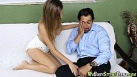 رجل يشكي مشكلته مع زوجته للشغالة فتواسيه لاعطائه اهيج متعة جنسية نااار