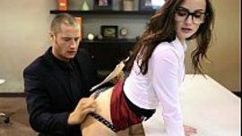 سكرتيرة سكسية تحرك جسمها الصاروخي باغراء امام مديرها حتة يسيتلم لزبه و ينيكها