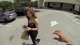 يلتقي بفتاة سكسية و يدفع لها لتذهب معه الى منزله لينيكها
