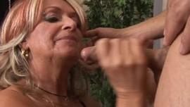 امه تمص زبه و تجعله يغلي حتى ينيكها و يقذف حليبه