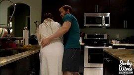 الأم تمص قضيب ابنها الضخم بكل حب حتى يقذف في يدها