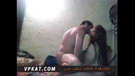 العشيقين يتنايكان و يقبلان بعضهما في حرارة جنسية ملتهبة