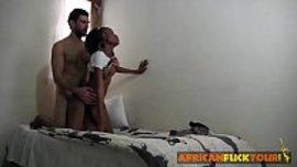 ينيك خادمة افريقية صغيرة و جميلة تحت العشرين وكسها نار
