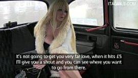 ادفع ثمن اجرة التاكسي بمص زب السائق و اعطائه كسي و طيزي لينكني حتى يشبع