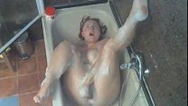 تستمني في الحمام بكل محنة و كسها ساخن و هي تتغنج و حبيبها يصورها سرا