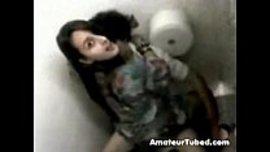 قحبة تكشف كسها الجميل في حمام عام و تفتح رجليها و هي جالسة