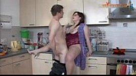 سكس جامد في المطبخ مع الخادمة الشرموطة ولحس كسها المشعر