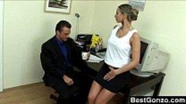 سكرتيرته شرموطة و تتعمد اغراءه لانها تحب زبه و ممارسة النيك في المكتب