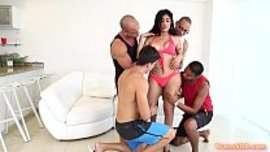 نيك شيميل جماعي مع اربعة رجال على احلى شيميل ينيكوه و يرضع لهم