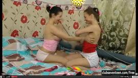 سحاق اجنبي ساخن بين فتاتين ممحونتين