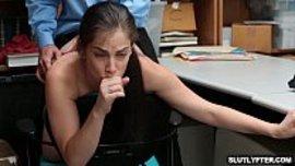 تكفر عن سرقتها بانها تتناك نيك خلفي من موظف الأمن في مكتبه