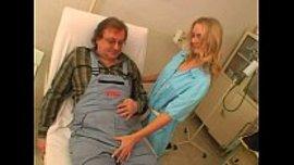 طبيبة تهيج زب المريض الكبير في السن و تلعب به حتى تسخنه