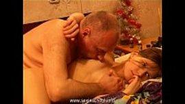 الاب ينكح بنته و يمص حلمة بزازها و هو راكب فوقها ينيكها بقوة