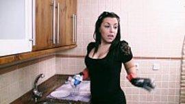 زوجة سكسية نار تجبر زوجها بانوثتها و جمالها ان ينيكها بقوة في المطبخ و يهجم عليها