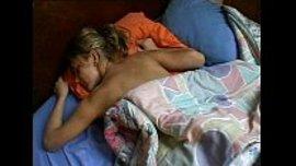اكشف طيز اختي و اعريها و هي نائمة ثم اسخن و اخرج زبي حتى اتمتع بطيزها