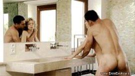 اسخن نيك حمام و زوج يحب مجامعة زوجته الجميلة في الحمام بعد ان تستحم و تعطر جسمها