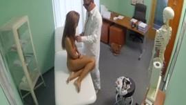طبيب ينيك زبونته الجميلة التي اشعلت شهوته في عيادته