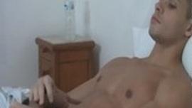 الاستمناء فوق السرير اثناء تصفح مجلية جنسية مثيرة