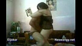 عناق ونيك عربي مصري و الشاب يضم حبيبته العارية و هو جالس
