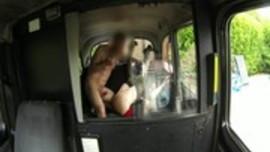 سائق تاكسي و نيك شابة في التاكسي