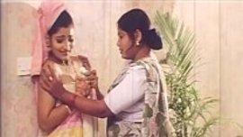 ام هندية لا تستطيع مقاومة جمال عروس ابنها الجديدة فتعمل معها سحاقي مغري ناار