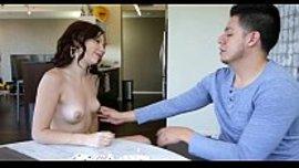 فتاة تتعرى لحبيبها و تغريه ببزازها الحلوة البيضاء حتى تجعل زبه ينتصب