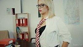 فتاة تتسلل الى مكتب استاذها الفارغ لتريح نفسها في اسخن استمناء بنوتي