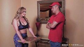 سكس اجنبي ملتهب بين ربة منزل ممحونة ينيكها عامل البيتزا في المطبخ