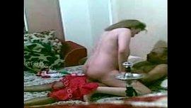 فرسة مصرية شرموطة تمص زبه عشيقها وتركب عليه