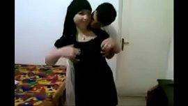 شرموطة مصرية محجبة تتدلع وتتمحن وتتناك جماعي