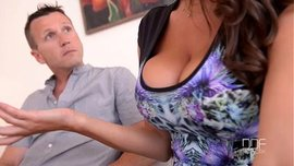 الدكتور ينيكها بقوة أمام زوجها ويستمتع معه بها في سكس ثلاثي ساخن