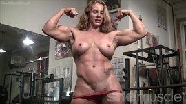أنثى كمال الأجسام عارية تستعرض بزازها و عضلاتها في صالة الجيم