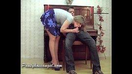 معلمة الموسيقى الكيرفي تتناك من زبونها أمام البيانو