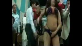 رقص مصري هايج في فرح شعبي و العريس يتحرش بالراقصة امام العروسة
