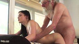 الرجل العجوز ينيك المراهقة الجميلة