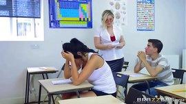 سكس جماعى الطالب ينيك المعلمة والطالبة فى الفصل بعنف