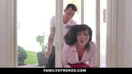 الأم القحبة تتناك من ابنيها وهي مزنوقة في الباب