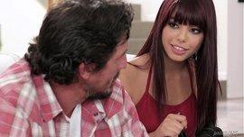 الابنة الشرموطة تصور فيديو سكس مع أبوها لكي تجني بعض المال