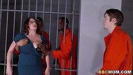 امه تزورة فى السجن اصحابة ينيكوها وهو يتفرج سكس امهات