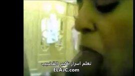 سورية تمص زب لذيذ و قصير و تلعق منيه الساخن