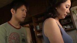 زوجة الأب اليابانية لا تستطيع المقاومة