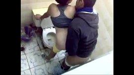 فضيحة نيك عربي في الحمام بين الطالب و زميلته