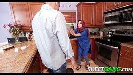 سكس عربي خادمة محجبة هيجت صاحب المنزل