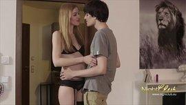 ينيك المراهقة الشقراء بعدما ادخلها الى غرفته و كان يقبلها