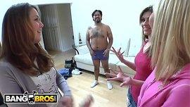 السكس الجماعي الساخن مع ثلاث فتيات شراميط يمارسون الجنس مع عمال الصيانة