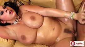 ملكة البزاز الطبيعية الكبيرة جيانا مايكلز في نيك ساخن جداً بعد صب الماء على جسمها
